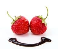 与巧克力微笑的新鲜的甜草莓 免版税库存图片