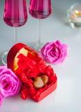 与巧克力心脏的浪漫风景在一个红色心形的箱子 库存照片