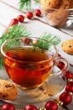 与巧克力曲奇饼圣诞节的茶 免版税库存照片
