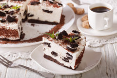 与巧克力曲奇饼特写镜头和c片断的鲜美乳酪蛋糕  免版税库存照片