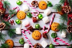 与巧克力片、曲奇饼、蛋白软糖和棒棒糖的食物背景 免版税图库摄影