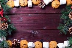 与巧克力片、曲奇饼、蛋白软糖和棒棒糖的食物背景 免版税库存图片