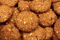 与巧克力片和坚果的谷物生物曲奇饼 库存图片