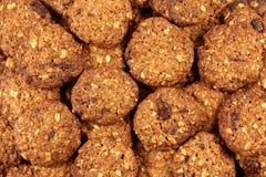 与巧克力片和坚果的谷物生物曲奇饼 免版税库存照片