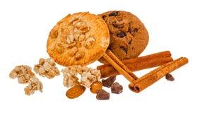 与巧克力片和坚果的饼干在白色隔绝了背景 库存图片