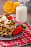 与巧克力片和果子的比利时华夫饼干 免版税库存照片