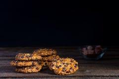 与巧克力片和榛子的燕麦曲奇饼 免版税库存照片