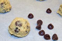与巧克力片特写镜头的曲奇饼面团 免版税库存图片