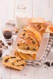 与巧克力片的奶油蛋卷 免版税库存图片