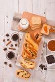 与巧克力片的奶油蛋卷 免版税图库摄影
