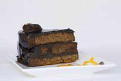 与巧克力片的巧克力蛋糕 免版税库存照片