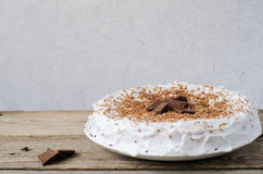 与巧克力片的蛋糕 图库摄影
