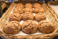 与巧克力片的面包在柳条筐 库存照片