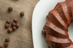 与巧克力球和白色的巧克力蛋糕 免版税库存图片