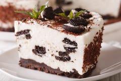 与巧克力的曲奇饼片断的乳酪蛋糕宏观 水平 库存照片