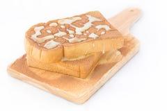 与巧克力粉末和鲜乳的两面包在上面 免版税库存照片