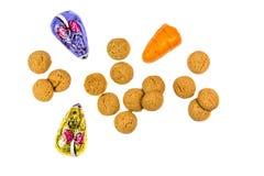 与巧克力老鼠和小杏仁饼红萝卜的Pepernoten曲奇饼 免版税图库摄影