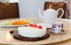与巧克力蛋糕和新鲜水果的茶时间 免版税库存照片