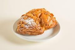 与巧克力装填的从油酥点心的小圆面包和花生洒与搽粉的糖 免版税图库摄影