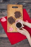 与巧克力酱的多士 浪漫早餐 免版税库存照片