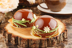 与巧克力釉的法式酥皮点心 免版税库存照片