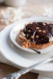 与巧克力金星形的圣诞节果子馅饼 免版税库存图片