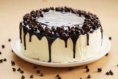 与巧克力顶部的圆形蛋糕 免版税库存照片