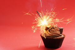 与巧克力黄油奶油漩涡的巧克力杯形蛋糕 库存图片