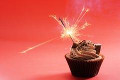 与巧克力黄油奶油漩涡的巧克力杯形蛋糕 免版税图库摄影