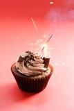 与巧克力黄油奶油漩涡的巧克力杯形蛋糕 免版税库存照片