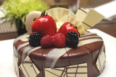 与巧克力ganache的可口巧克力草莓蛋糕。 库存图片