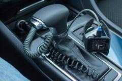 与巧妙的手表的现代汽车内部在变速杆 免版税库存图片
