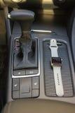 与巧妙的手表的现代汽车内部 免版税库存照片