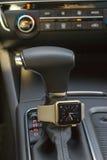 与巧妙的手表的现代汽车内部 免版税图库摄影