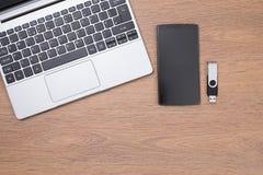 与巧妙的电话的膝上型计算机上面和USB黏附 库存照片
