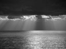 与巨人积雨云的温暖的海日落在天空和太阳通过发出光线 北京,中国黑白照片 意大利托斯卡纳 库存图片