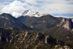 与巨型岩石露出和雪的多块的山里奇 免版税库存图片