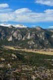 与巨型岩石露出和雪的多块的山里奇 图库摄影