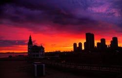 与巨型的乌云的城市日出 库存照片