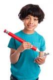 与巨型铅笔的逗人喜爱的混合的族种孩子。 免版税库存照片
