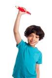 与巨型铅笔的逗人喜爱的混合的族种孩子。 图库摄影