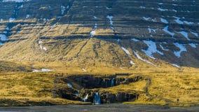 与巨大的山的一点瀑布在冰岛 免版税库存照片