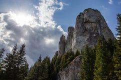 与巨大的峭壁和蓝天的风景风景 免版税库存照片