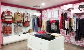 与巨大的收藏的欧洲服装店 图库摄影