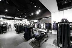 与巨大的收藏的欧洲服装店 免版税库存照片