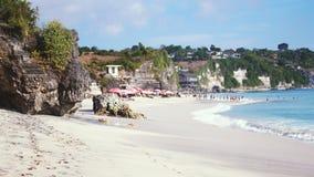 与巨大的波浪的巴厘岛海景在美丽的白色含沙理想国海滩 在海洋海滩的暑假 库存照片
