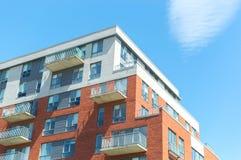 与巨大的窗口的现代公寓房大厦 免版税库存图片
