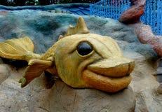 与巨大的嘴唇的逗人喜爱的黄色鱼 免版税库存照片