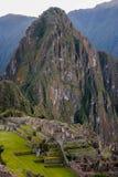 与巨大的Huayna Picchu的Machu picchu 免版税库存图片