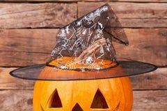 与巫术师帽子的被雕刻的万圣夜南瓜 库存照片